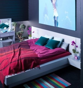 ciemnofioletowa sypialnia