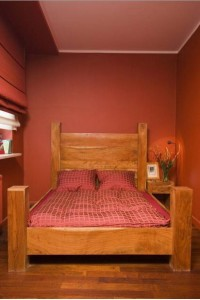 ciepłe intensywne barwy w sypialni