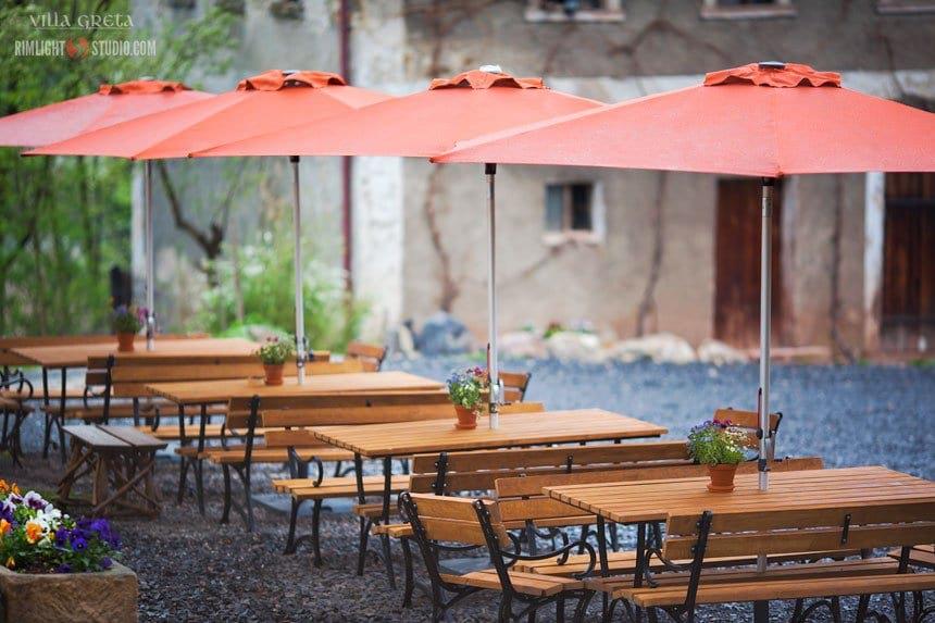 Żeliwne meble ogrodowe w urokliwym pensjonacie Villa Greta, Dobków