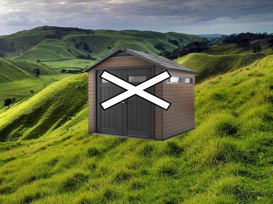 Nie wolno stawiać domku na nierównym i pochyłym terenie