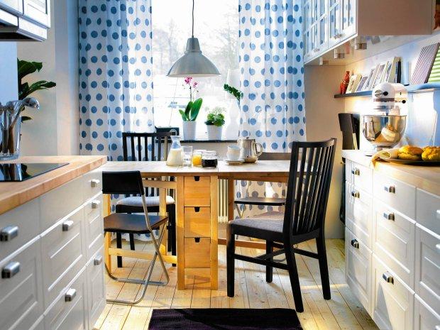 Stół z małymi szufladkami na serwetki czy sztućce