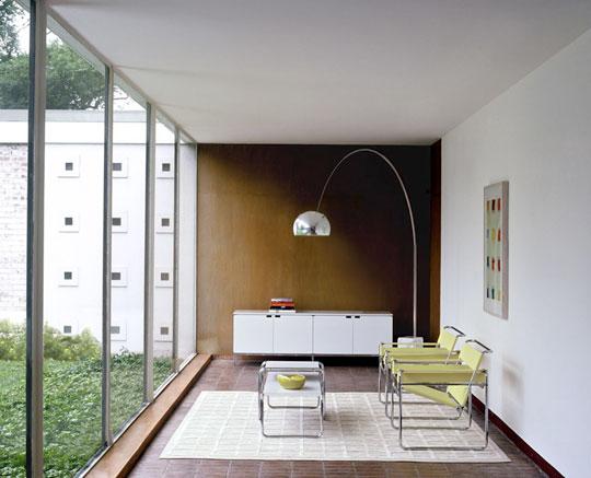 proste meble i nowoczesny obraz na ścianie