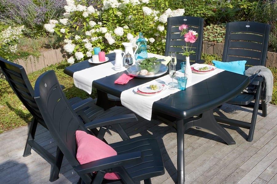 Prosty stół Wellington z kilkoma ładnymi dodatkami jak mebel z górnej półki.