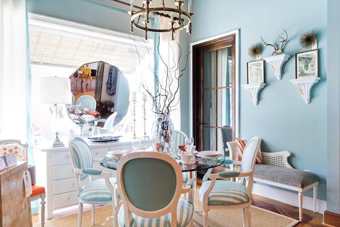 niebieski pokój uzupełniony bielą i szarością