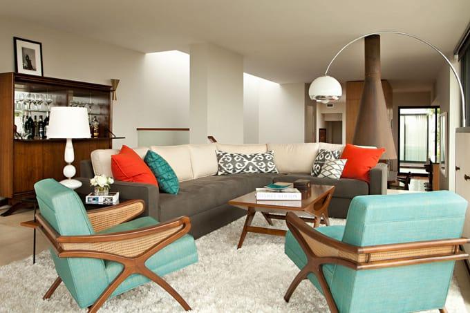 turkusowe fotele w beżowo-brązowym salonie