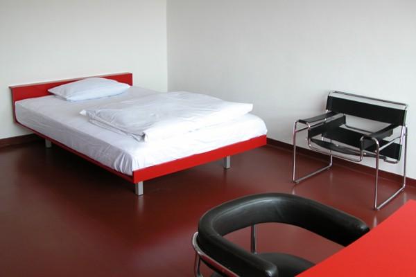 prosty pokój - dwa krzesła, łóżko, biurko