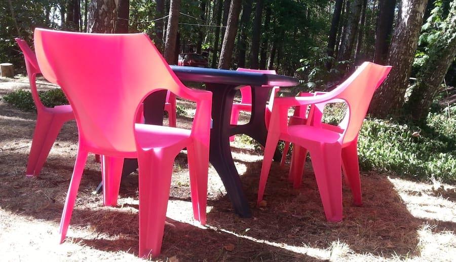 Intensywnie różowe krzesła Dante Low Back dobrze wyglądają w zestawieniu z ciemnym stołem Wellington.