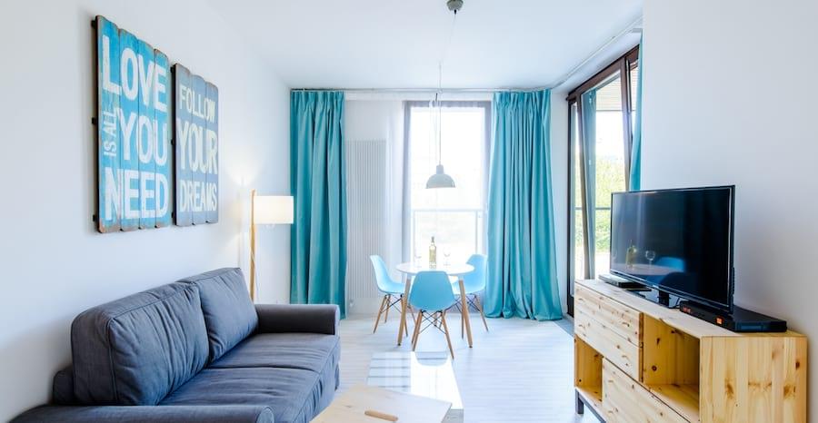 niebieskie wnętrze z drewnianymi elementami