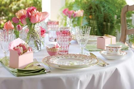 Kryształowa zastawa i kwiatowa dekoracja