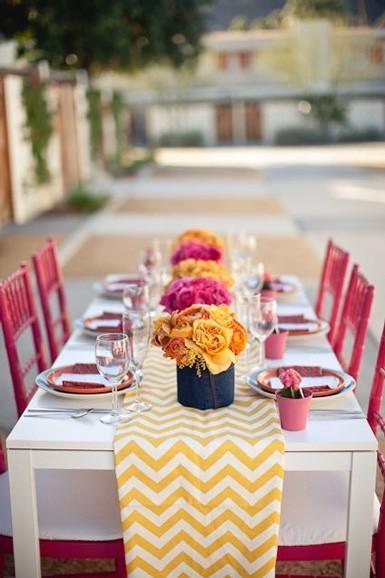 Żółć i róż jako dominujące kolory w świątecznej aranżacji