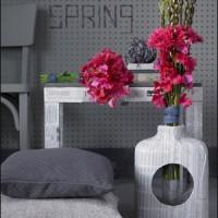 intensywnie różowe kwiaty w szarym pokoju