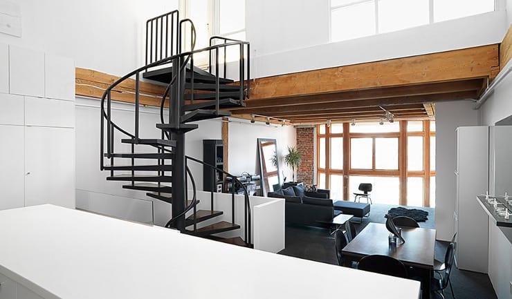 Czarna klatka schodowa pośrodku jasnego pomieszczenia