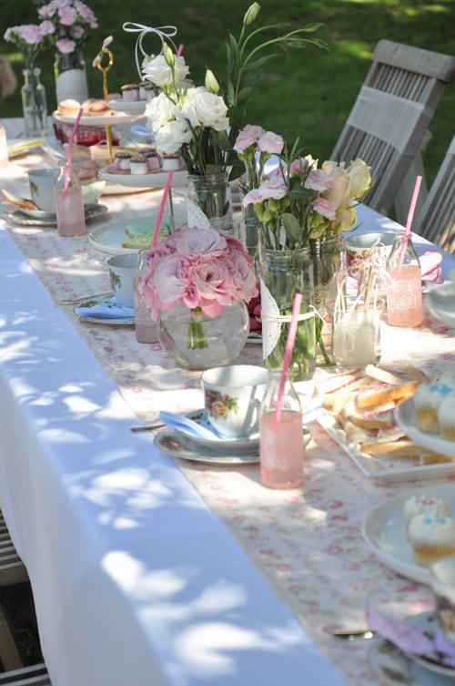 Stół ze świeżymi kwiatami