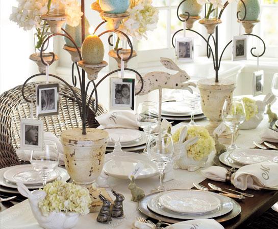 Wielkanocny stół wypełniony porcelaną
