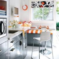 szaro-białe wnętrze z pomarańczowymi dodatkami