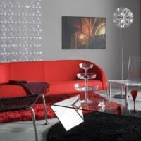 czerwona sofa pośrodku szarego pokoju