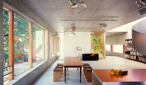 Betonowy sufit w przestronnym salonie