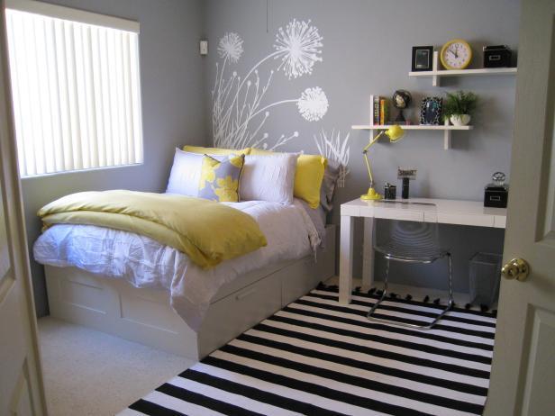 Szary pokój z białymi meblami i żółtymi dodatkami zrodlo: www.hgtv.com