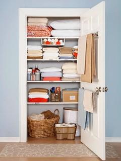 Specjalne wieszaki na drzwiach szafy; źródło forbes.com