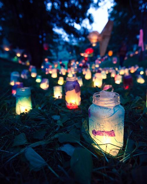 słoiki-latarnie owinięte bibułą ze strony redleopardwoman.blogg.se