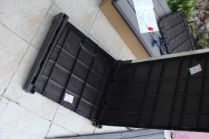 Skrzynia ogrodowa Keter Brushwood Storage Box 455L mocowanie boku