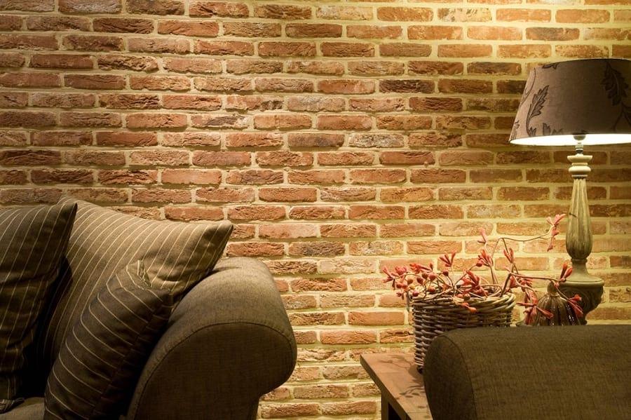 Ściana wykończona ceglanymi płytkami
