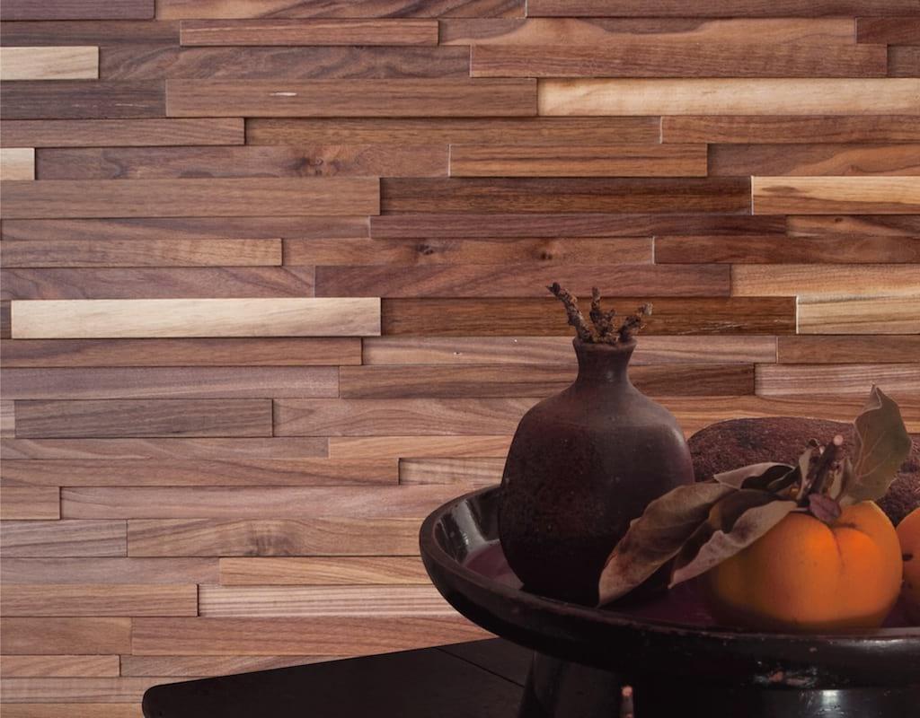 Ściana wyłożona orzechową cegiełką marki Natural Wood Panels