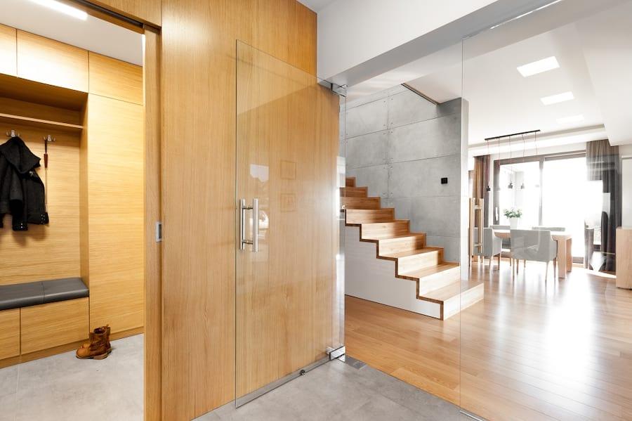 Wnętrze w drewnie, szkle i betonie