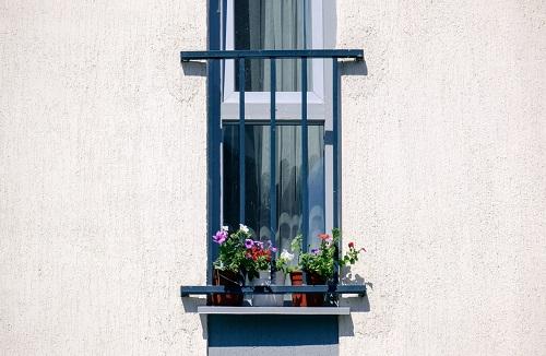 Współczesny balkon francuski z kwiatami