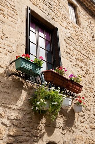 Balkon francuski uzupełniony ciekawymi doniczkami