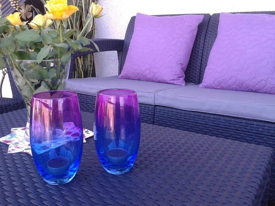 Zestaw Corfu Set - zbliżenie na stolik i sofę