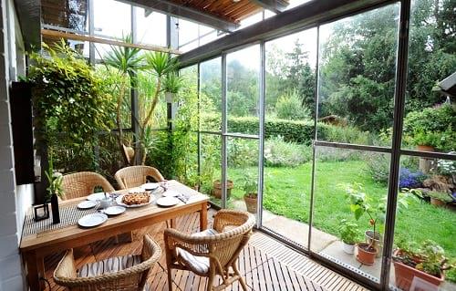 ogród zimowy z eleganckim kompletem stołowym