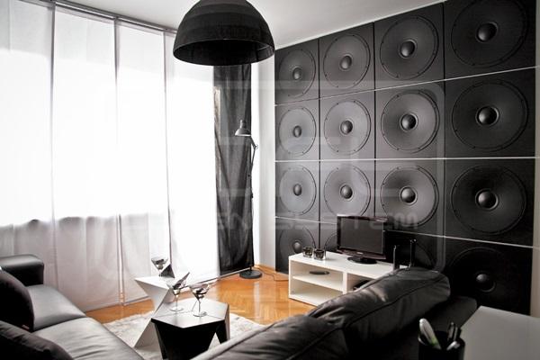 Płyty dekoracyjne na ścianę w kształcie głośników wykorzystane w salonie.