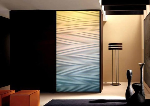 Ozdobne panele ścienne wykorzystane do udekorowania drzwi szafy.