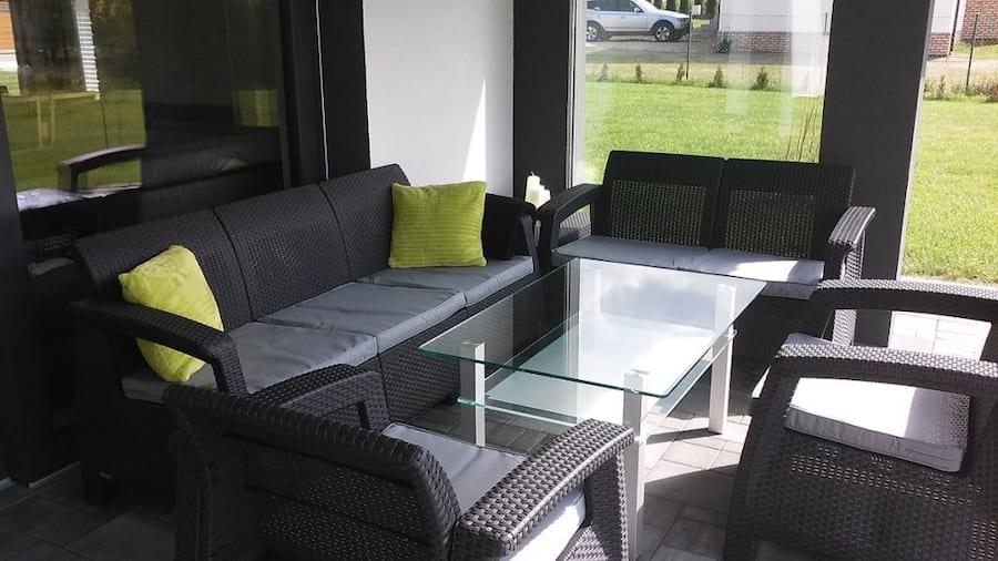 Komplet Corfu Set Triple Max uzupełniony szklanym stołem
