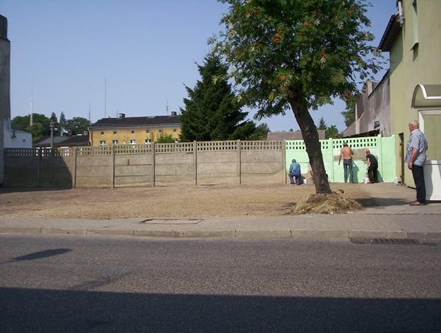 Początki prac. Trawę i stary murek usunięto, a tylne ogrodzenie zaczęto odnawiać.