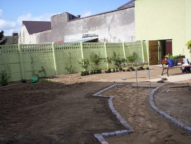 Następnie wyznaczono ścieżkę spacerową i rozpoczęto nasadzenia roślin.