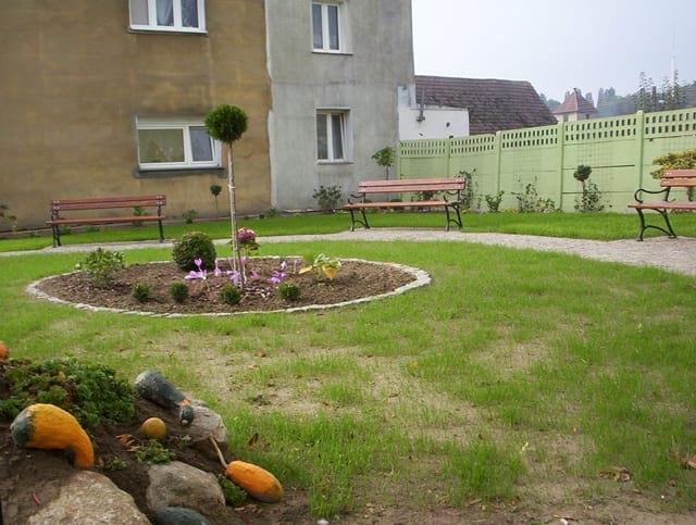Uroczy ogród pięknie się prezentuje i zachęca do wypoczynku.