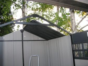Montaż dachu w domku Keter Oakland.