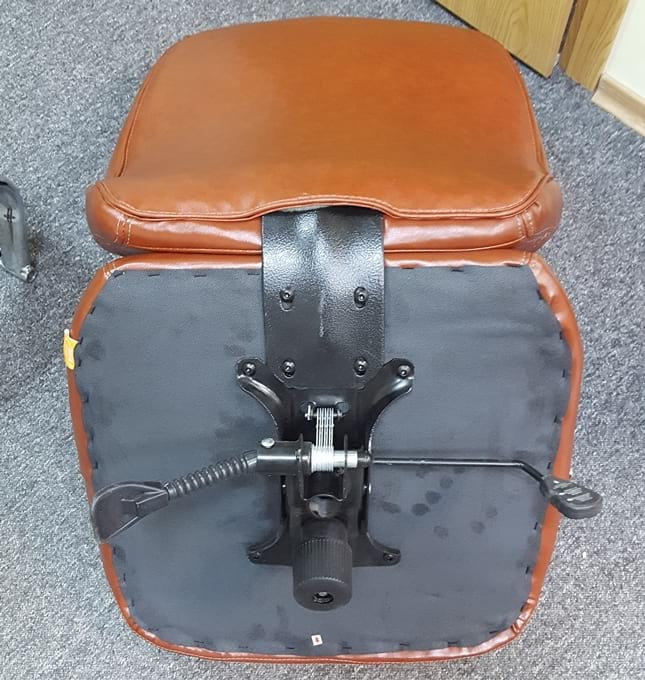 Połączenie siedziska z oparciem w fotelu Baldu Visata