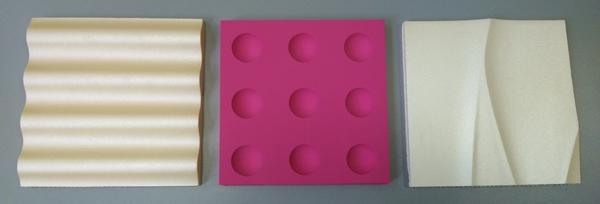 Trzy panele wykończone różną metodą malowania natryskowego: malowanie tradycyjne, perłowe i błyszczące.