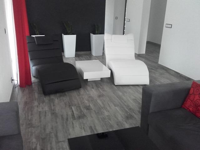 Stolik Pixel X w czarno-białym salonie