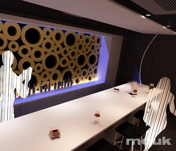 Dekoracja ścienna z paneli ażurowych mouk w ciekawym oświetleniu.