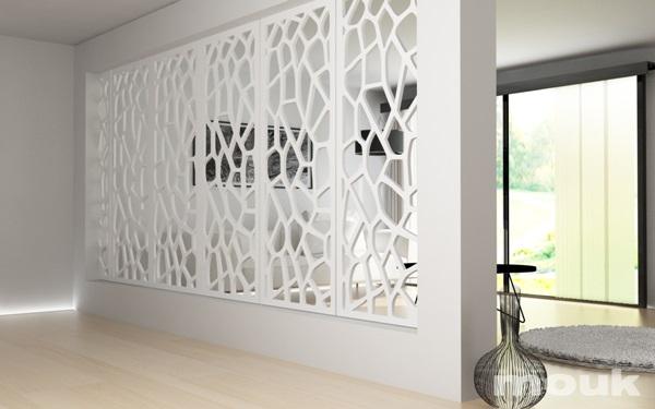 Panele ażurowe mdf marki mouk wykorzystane zostały jako przepuszczająca światło ścianka działowa.