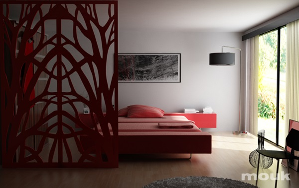 Dekoracja z paneli ażurowych mouk pozwoliła na symboliczne oddzielenie sypialni od salonu.