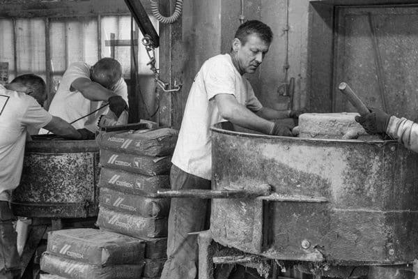 Tworzenie mieszanki betonowej przez pracowników manufaktury SLABB.