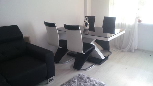 Stół Xenon w czarno-białym wnętrzu