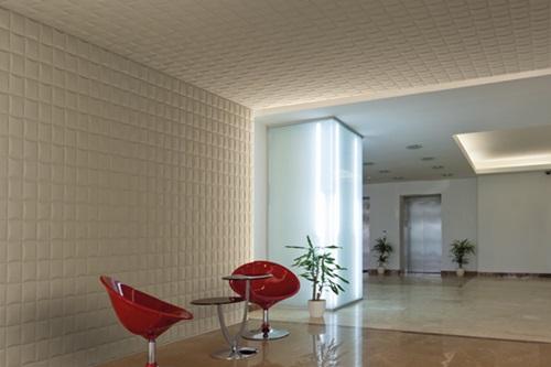 Ściana i sufit w korytarzu ozdobione panelami bump.
