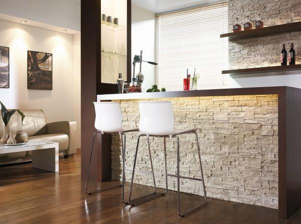 Kamień w kuchni na ścianie Alaska Brass Incana Stone wykorzystany również do wykończenia barku.