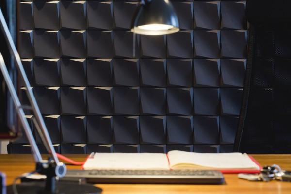 Kamienie na ścianę w pokoju Atlantic Graphite Incana Decor umieszczone nad biurkiem.
